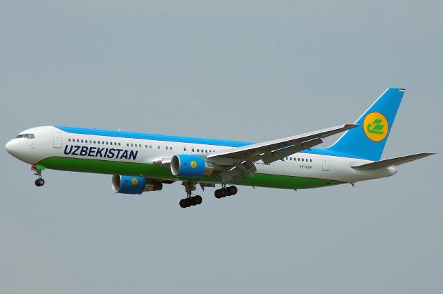 Uzbekistan_Airways_Boeing_767-300ER_VP-BUF_DMK_2005-1-14