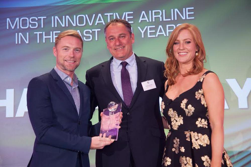 (από αριστερά προς δεξιά) – Ο τραγουδιστής Ronan Keating δίνει το βραβείο στον James Harrison, Γενικός Διευθυντής της Etihad Airways στην Αγγλία. Πλαισιώνονται πάνω στη σκηνή από την παρουσιάστρια του Sky News, Sarah-Jane Mee.