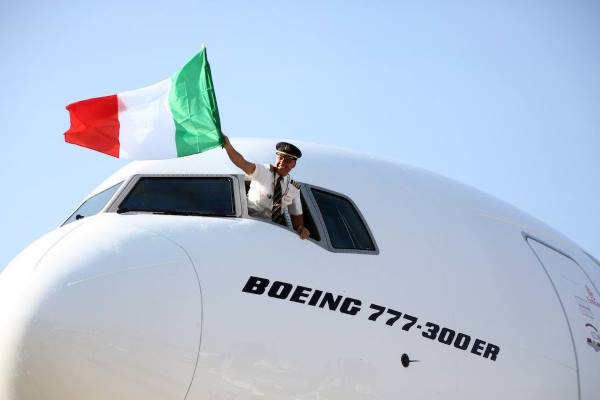 Emirates-777-300ER-arrives-into-Bologna-Airport-for-the-first-time