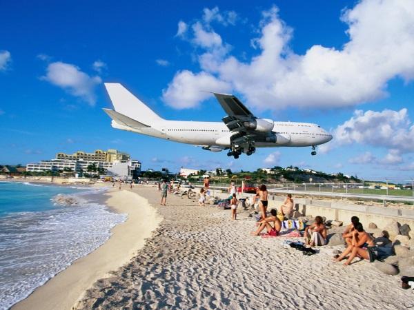 1airliner-landing-at-airport-maho-bay-saint-martin