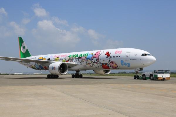 EVA-AIR-Hello-Kitty-Hand-in-Hand-Jet-03