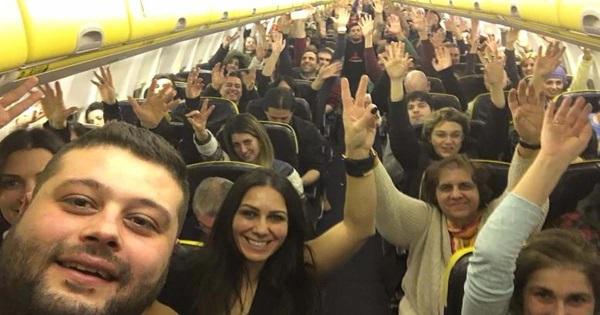 thessalonikios-kanei-anw-katw-ptisi-gia-mia-selfie.w_l