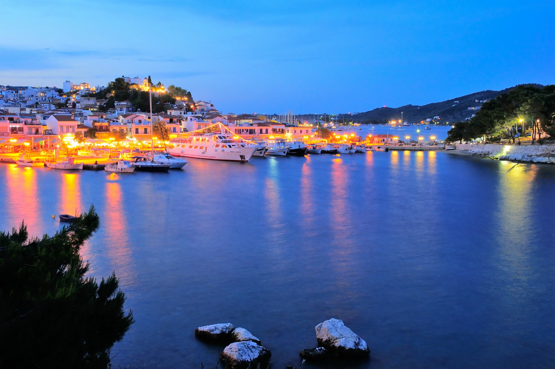 Skiathos_town_at_night_1800x1196