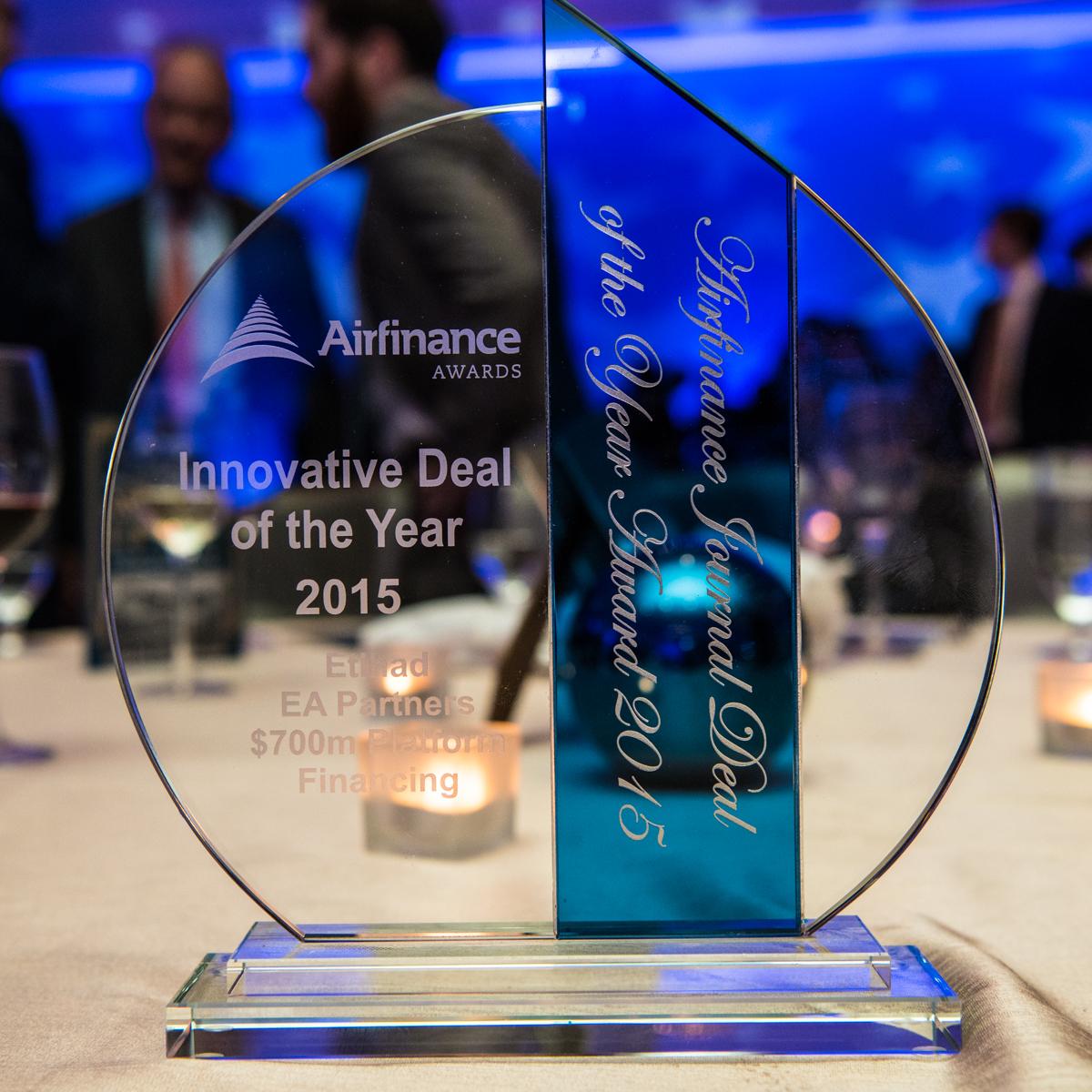 Το βραβείο «Καινοτόμα Συμφωνία της Χρονιάς» της Airfrance Journal που απονεμήθηκε στην οικονομική ομάδα της Etihad Airways στο Μαϊάμι.
