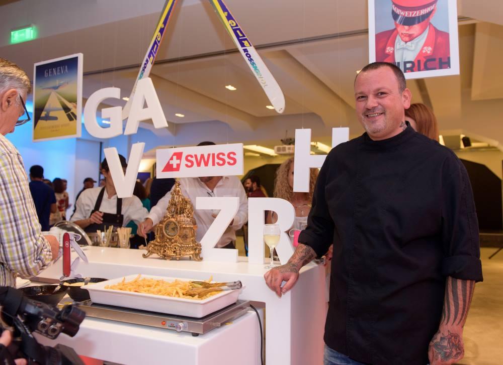Ο Δημήτρης Σκαρμούτσος στο booth των κόμβων της Ζυρίχης και της Γενεύης, όπου σερβίρονταν γευστικά εδέσματα της τοπικής ελβετικής κουζίνας.